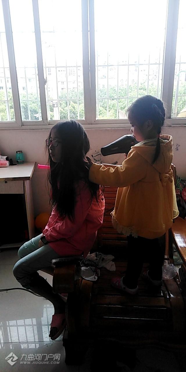 两姐妹的和谐时刻!和谐不吵闹时刻,妹妹还给姐姐吹头发,难得哟。