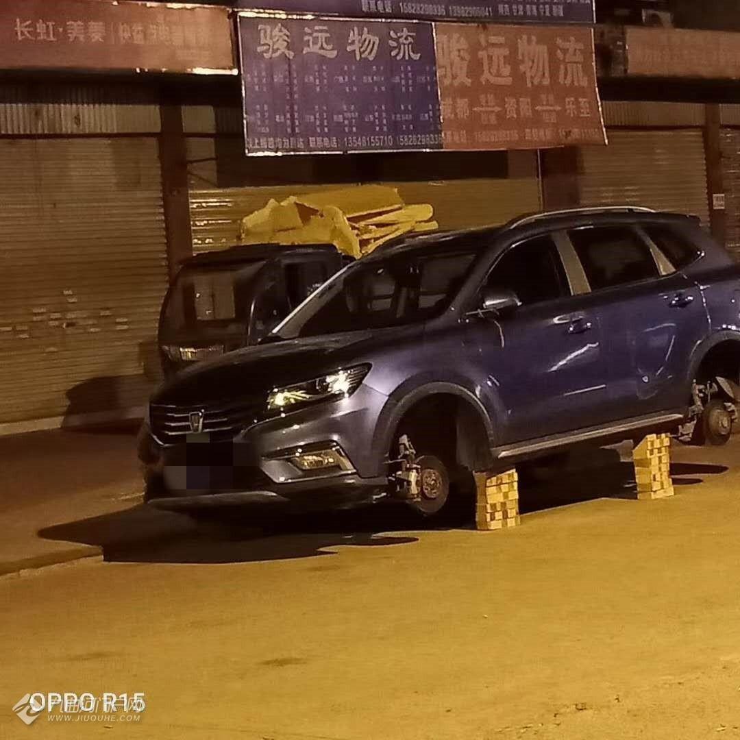 哦豁!资阳沱江新城公交终点站附近一辆小轿车滚滚又不见了!