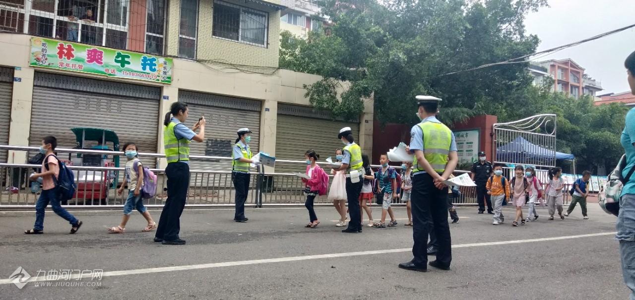 今天资阳雁江八小来了一群警察叔叔给小朋友普及交通安全知识