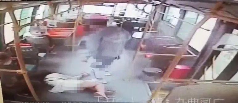 点赞|女子公交车上突然晕倒,资阳城市公交5路车驾驶员紧急救助