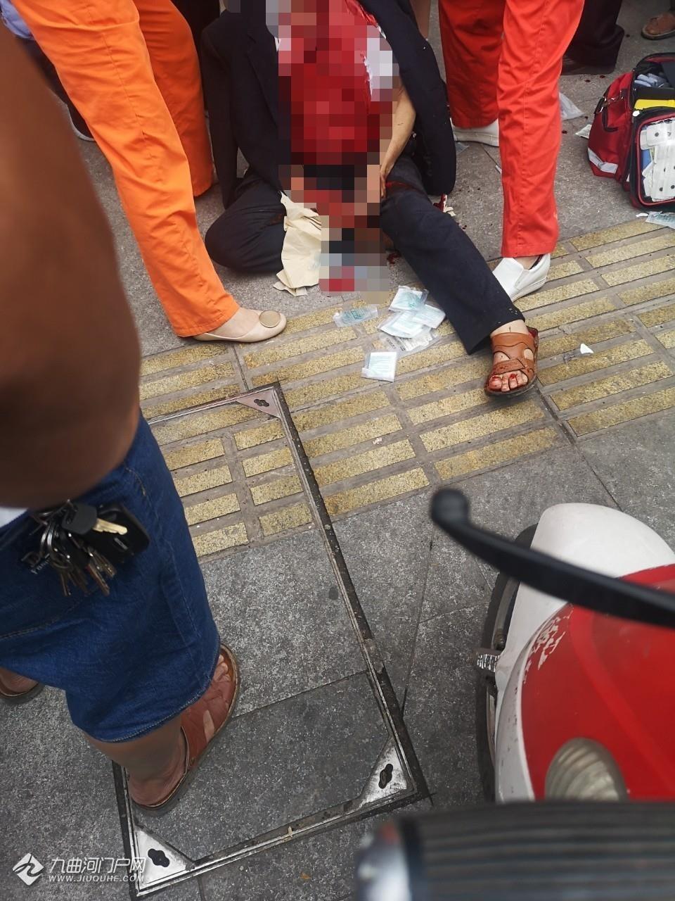 资阳东临小区外面茶馆有人因打牌扯皮,现场一老头受伤,看样子还有点严重! ... ... ...