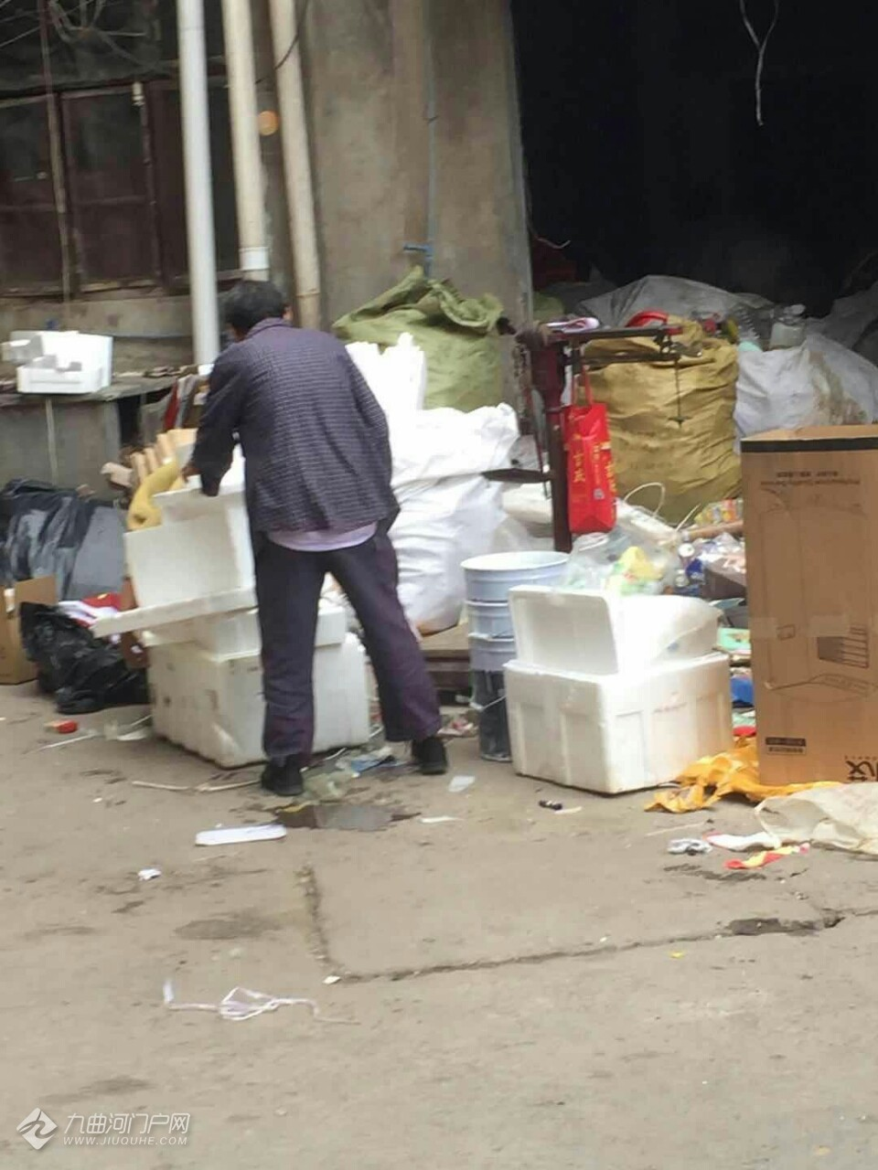 (已转至相关部门)资阳建设西路这边的老居民楼脏乱差,简直成了市中心的垃圾库!