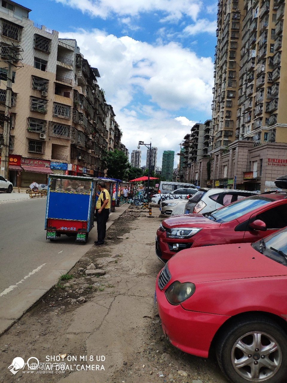 资阳外灘一號小区门口的非法营运三轮车,不但堵路,还把共享单车推倒在路边 ... ... ... ...