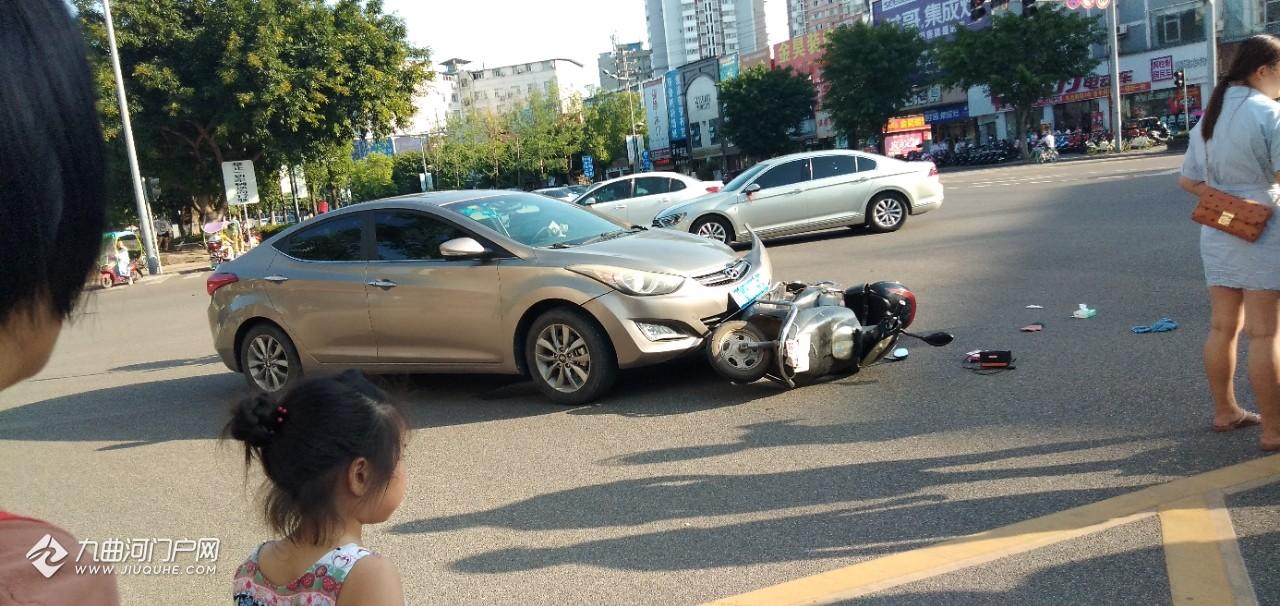 资阳天宇市场外发生一起车祸,电摩托车主倒在地上不能动弹!