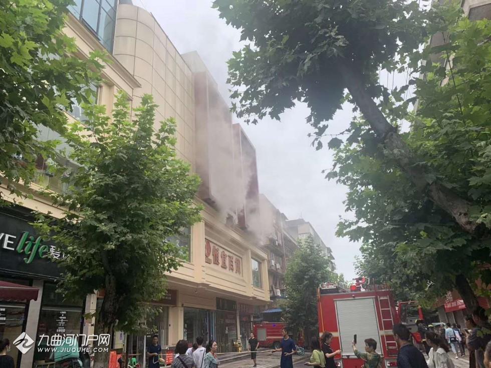 资阳和平路商业街口恒宜百货发生火灾?现场烟雾弥漫,燃烧味道浓烈!