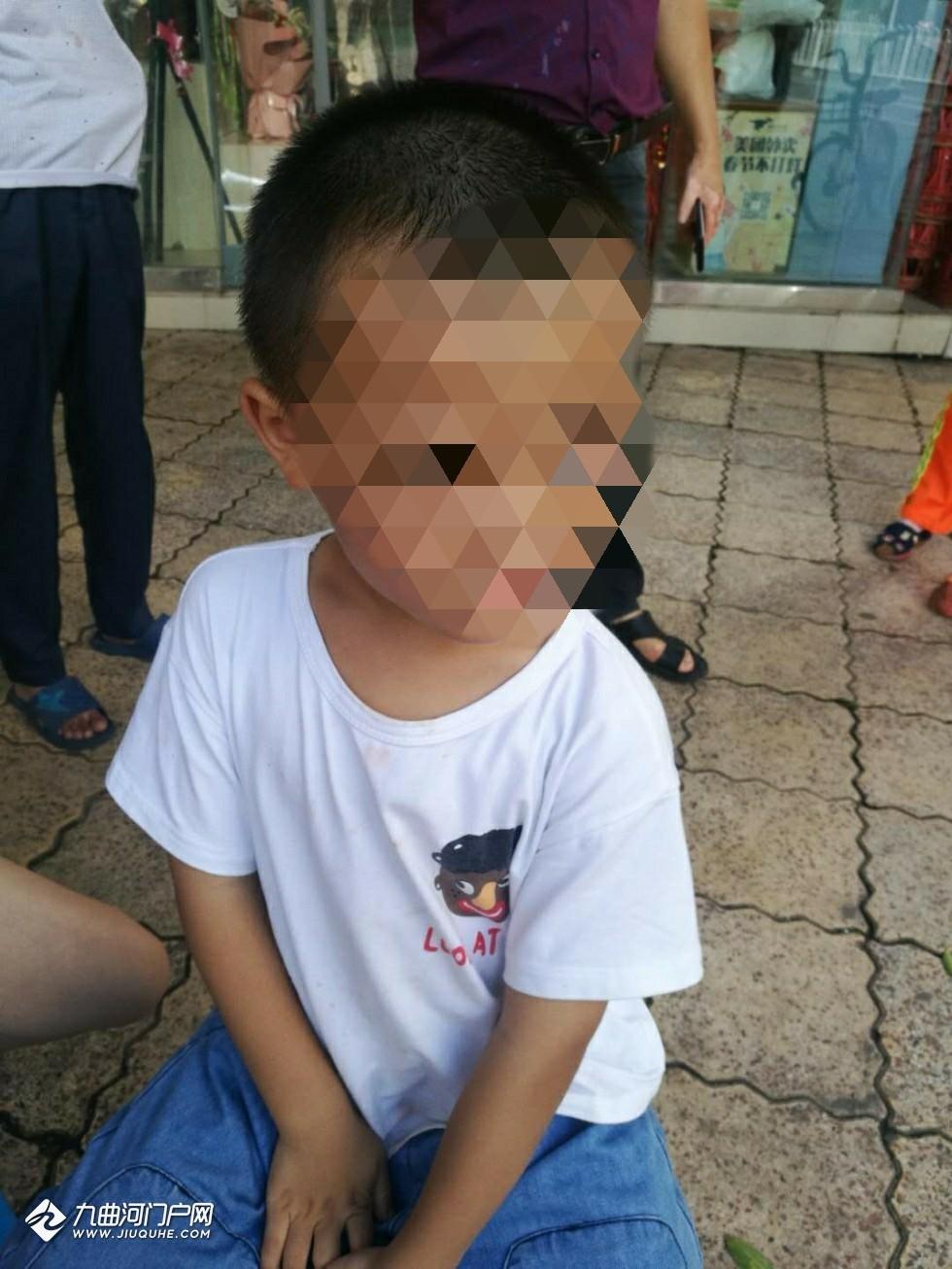 (家长已找到孩子)资阳外西街走丢了一个4岁半的小朋友,他说家住凯旋国际,请家长快来认领!