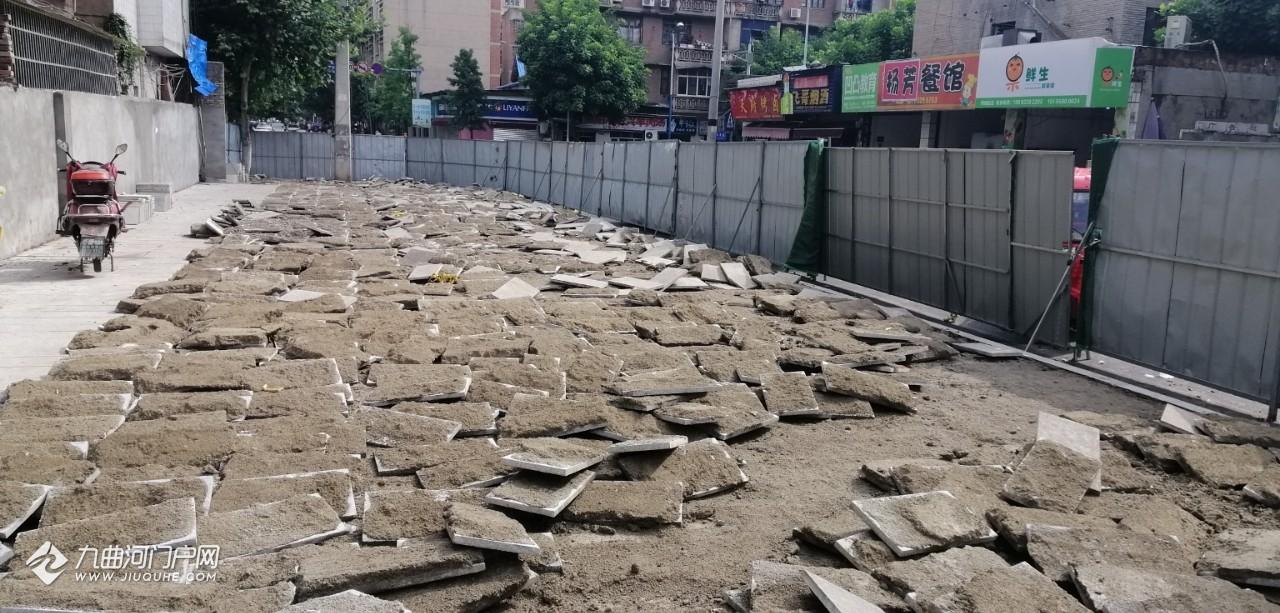 """刚修好才半年的资阳马家巷街又被""""开膛破肚"""",不知道为什么?"""