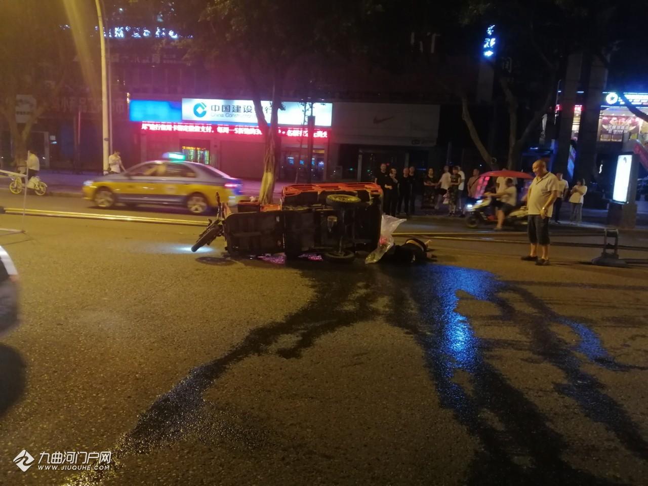 (交警已到现场处理)资阳建设北路二段一男子酒驾三轮车逆行发生车祸,受伤倒地不起!