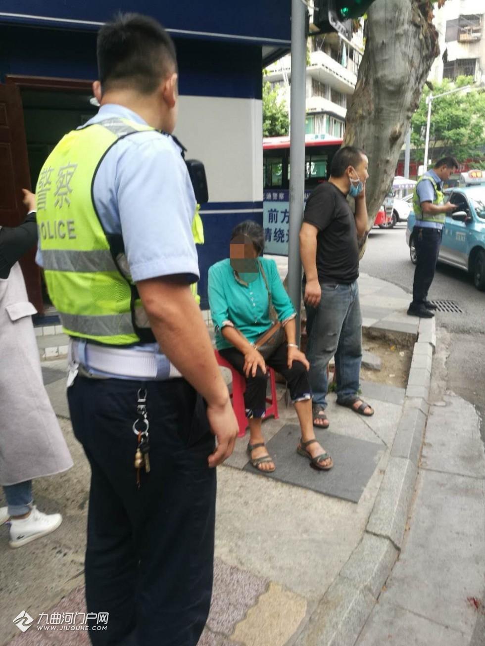 资阳和平路火车站十字路口,一女子不慎被10路公交车撵压到左脚!