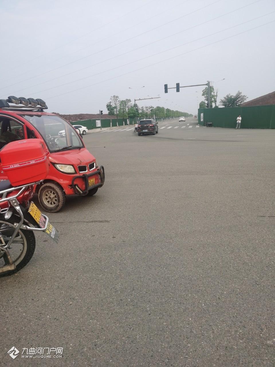 因红绿灯故障,资阳茶花苑这边三天两头出车祸!这次有点严重,小车被撞散架了...