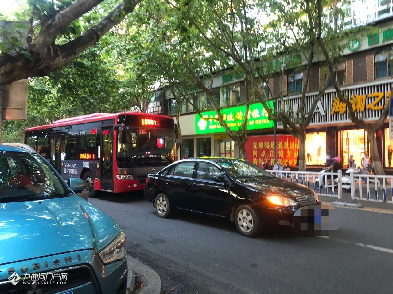 奇葩!刚刚在资阳和平路有辆小车挡在公交车面前,司机过了一会匆匆上车开走!