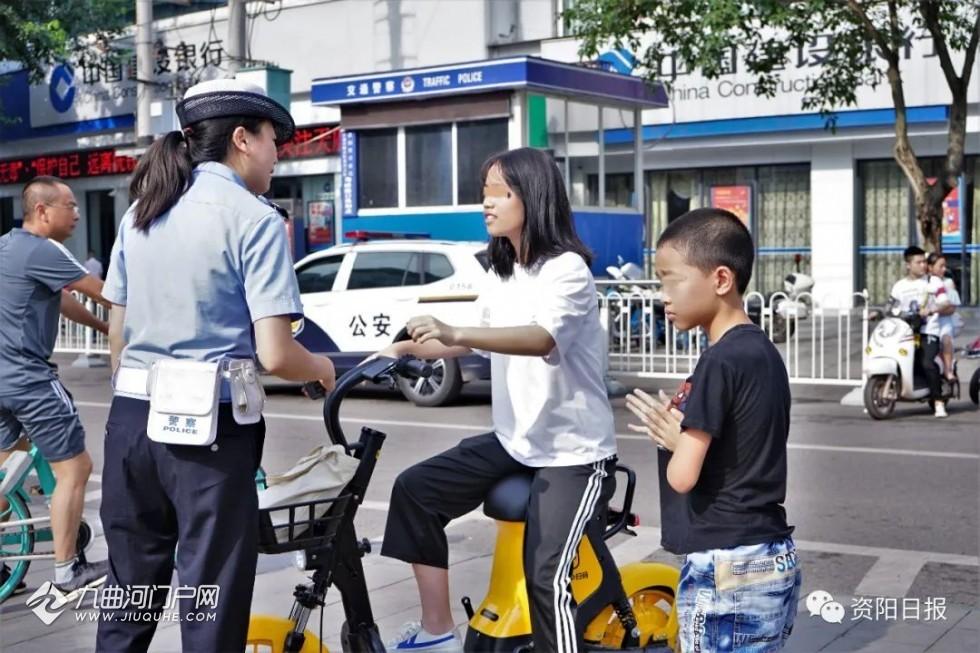 @资阳人,使用共享助力车载人属违法行为!