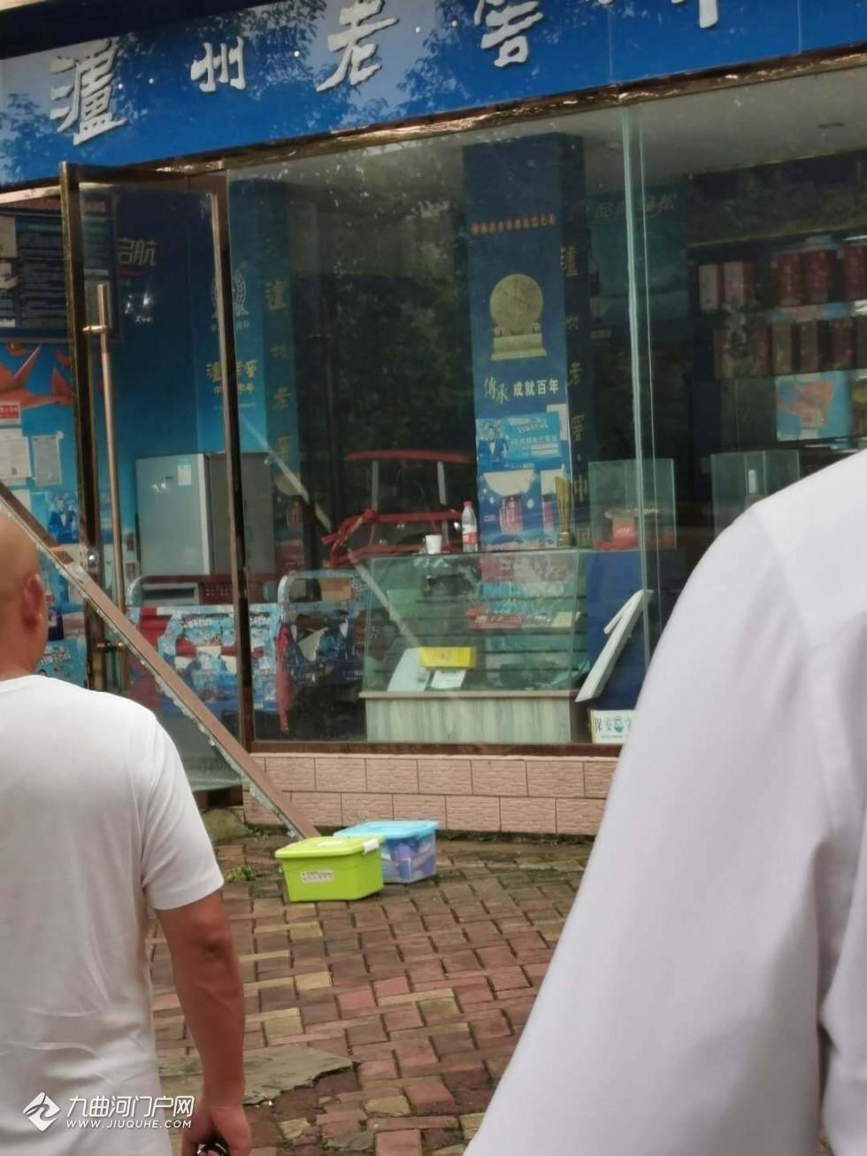 位于资阳三贤的一家烟酒店铺被盗,门店左边玻璃被打碎,烟酒和现金损失惨重!