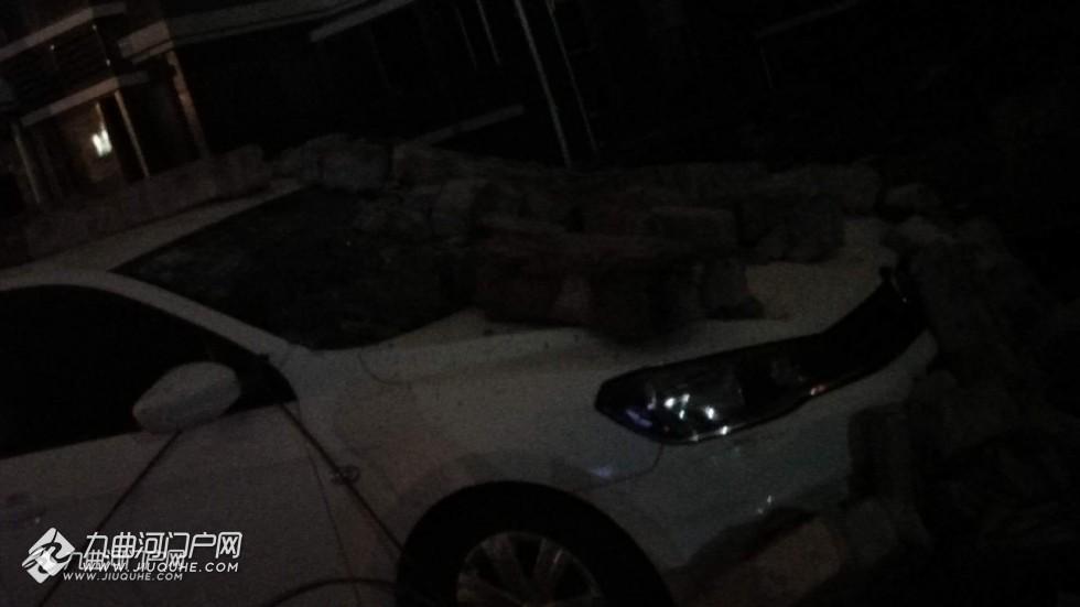 资阳优品上城赔偿房的围墙被大风吹倒了,停到边上的车子遭殃了!