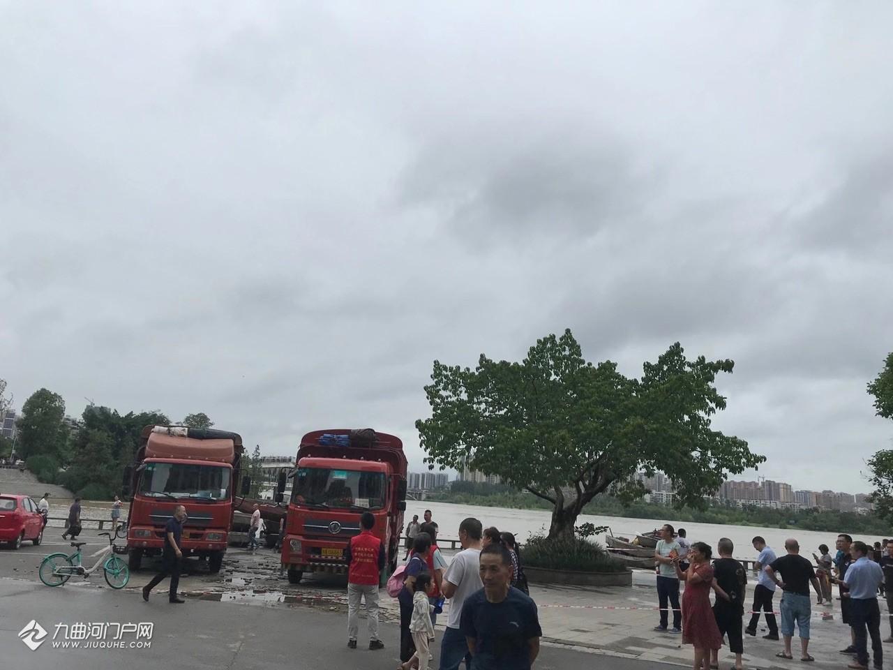 资阳江南半岛在通知底楼住户撤离了,抢险车已就位……
