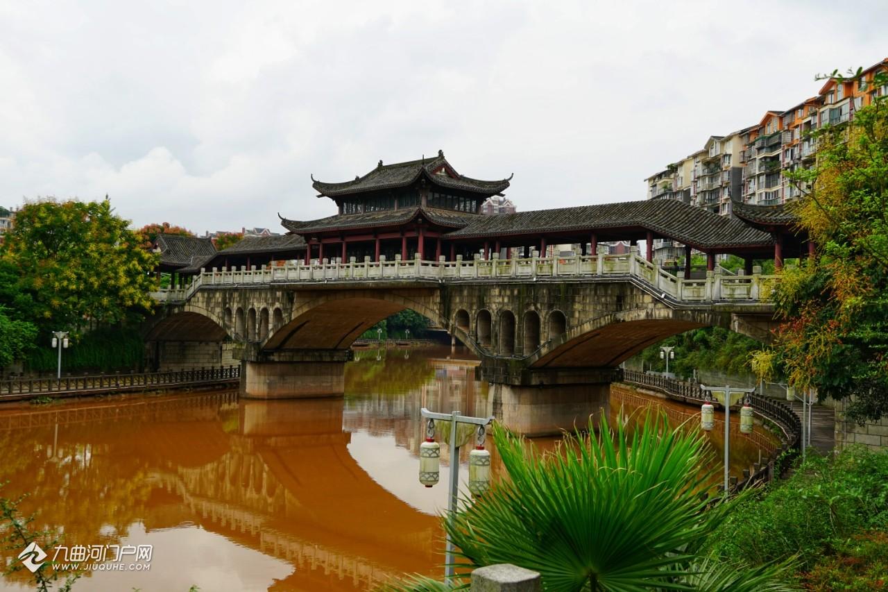 初秋闲游资阳三贤公园, 站在廊桥上看掩映在彩林里的三贤塔!