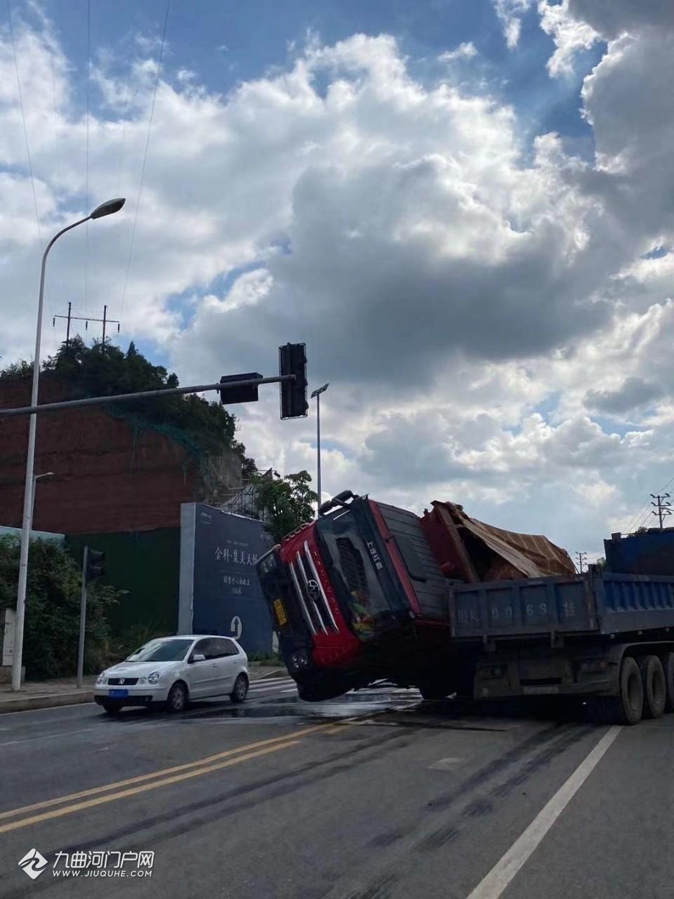 资阳外环路一辆大货车侧翻,与另一辆车发生碰撞,造成交通拥堵!