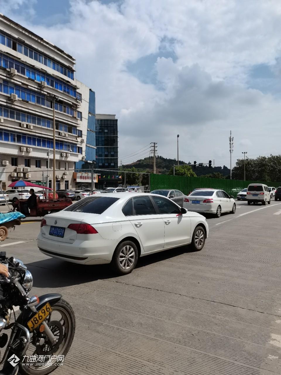 資陽大千路開始打圍了,現在已經是半道封閉,過往車輛請注意安全!