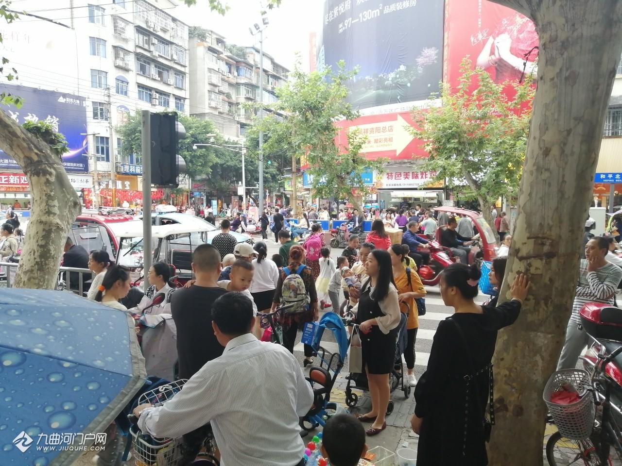 由于资阳政府东路封闭施工,放学高峰期和平路口拥堵不堪!