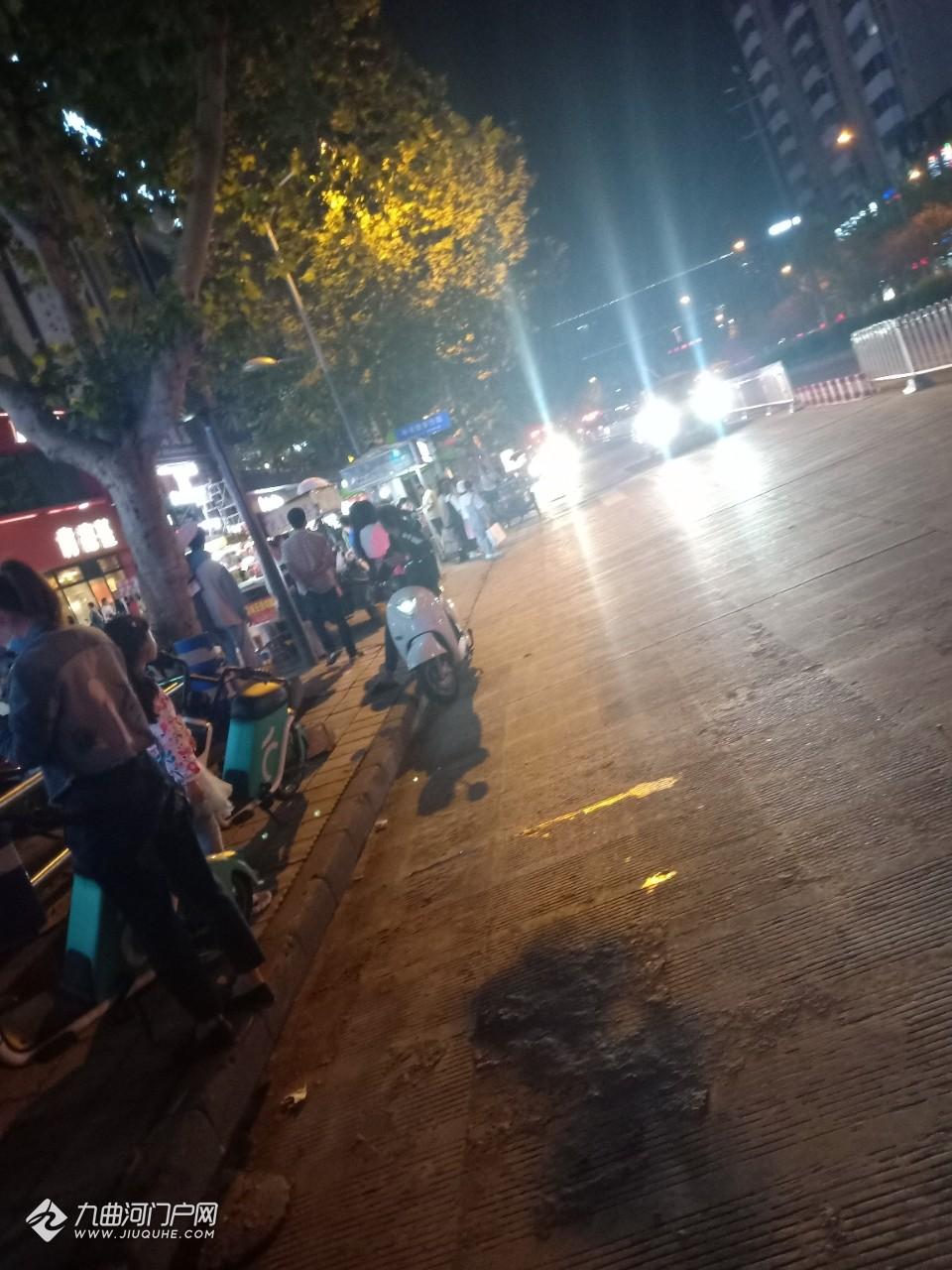 資陽梅西百貨外面修路把氣管挖破了,消防幾輛一起到達現場,負責人正在疏散路人!