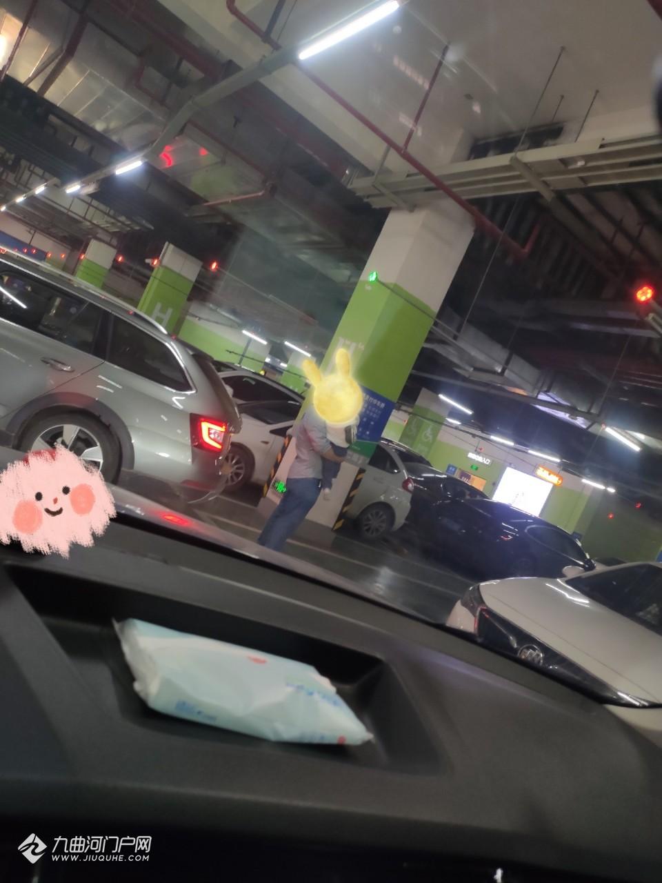 大家對這種抱著娃娃占車位的人有何看法?我今天就在資陽萬達停車場遇到了!