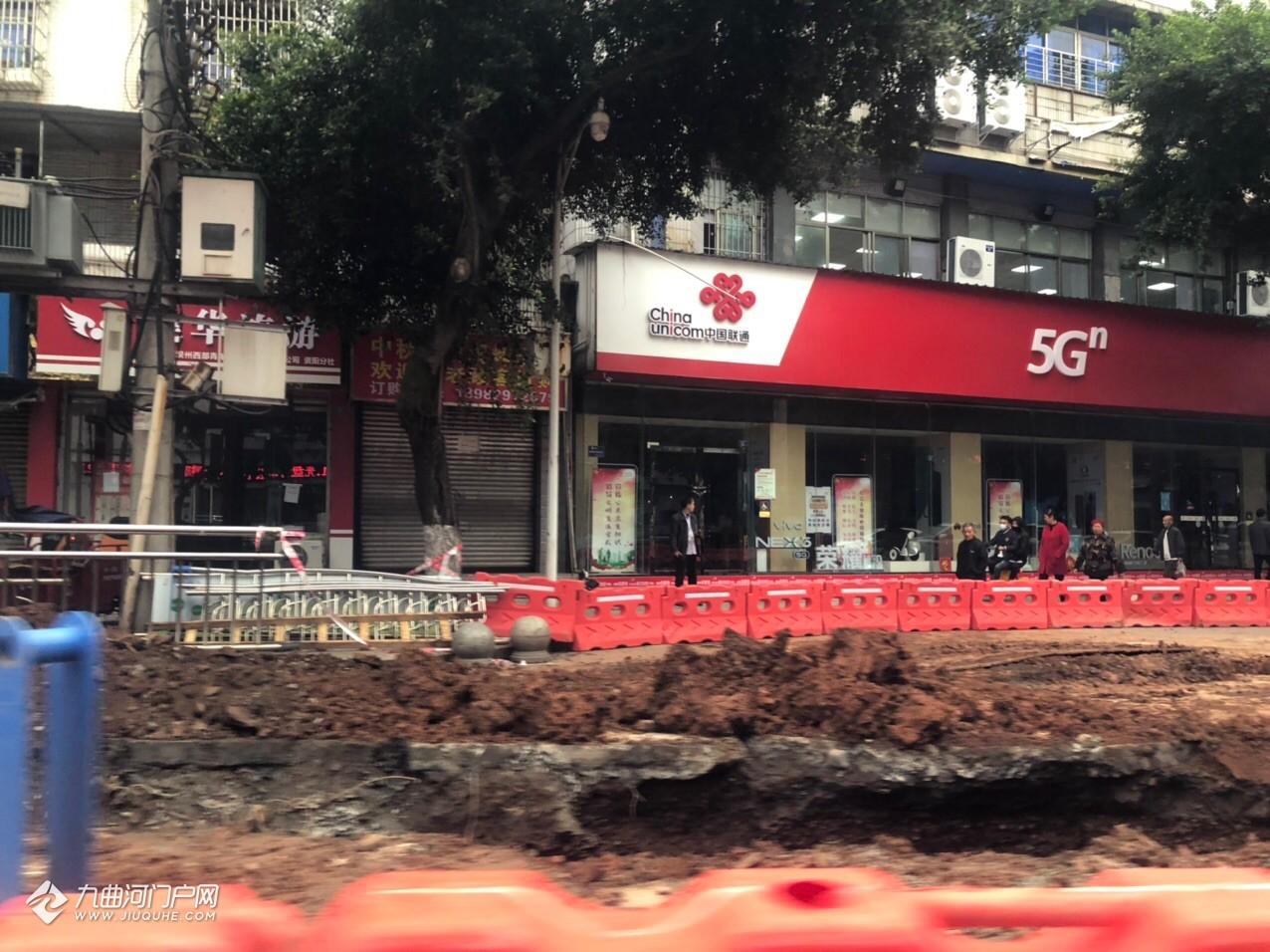 资阳外西街的道路改造已经到了原海峡转盘的位置,挖得还蛮深!