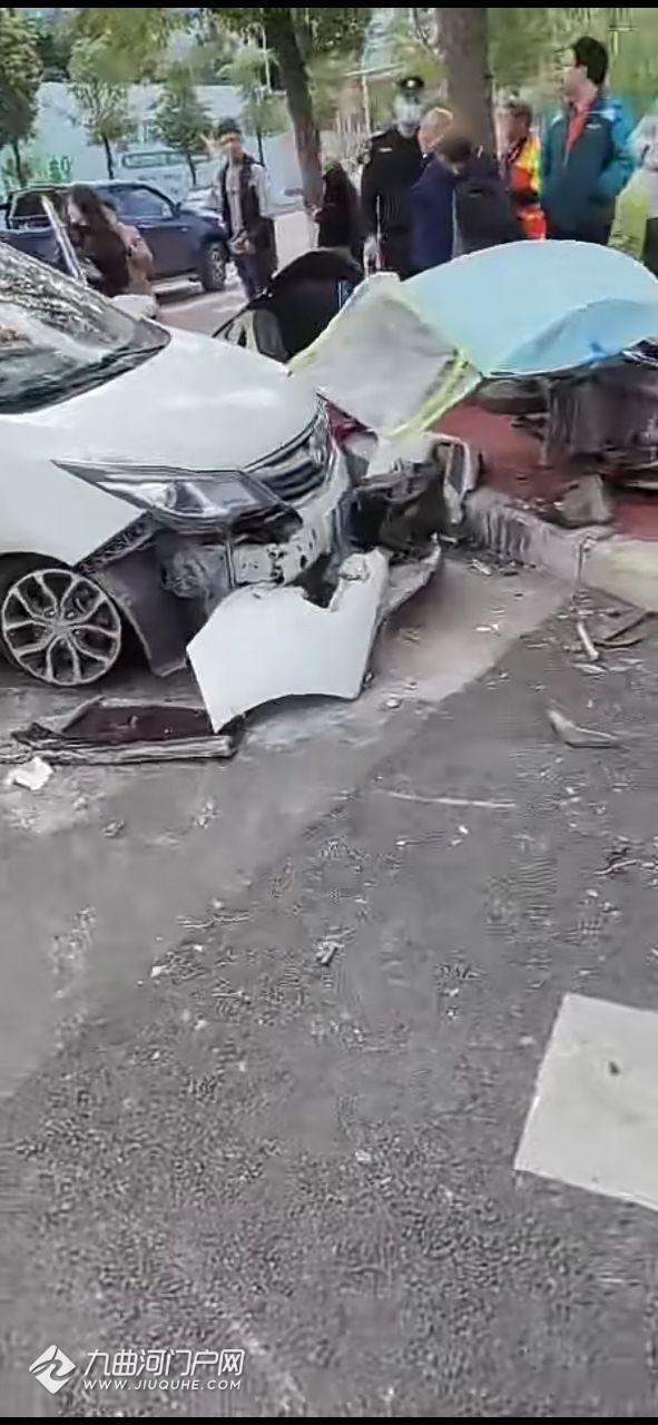 资阳槐树北路这个车祸有点严重,车都撞成这个样子了!
