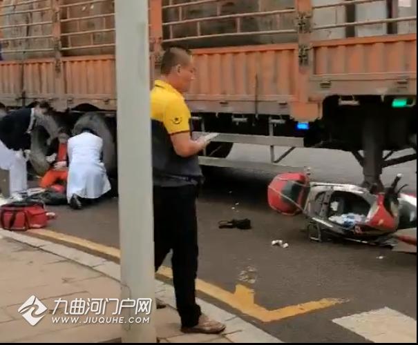 资阳周祠坝羊肉汤店外面发生一起车祸,有人躺倒在轮胎边,医护人员已到现场!