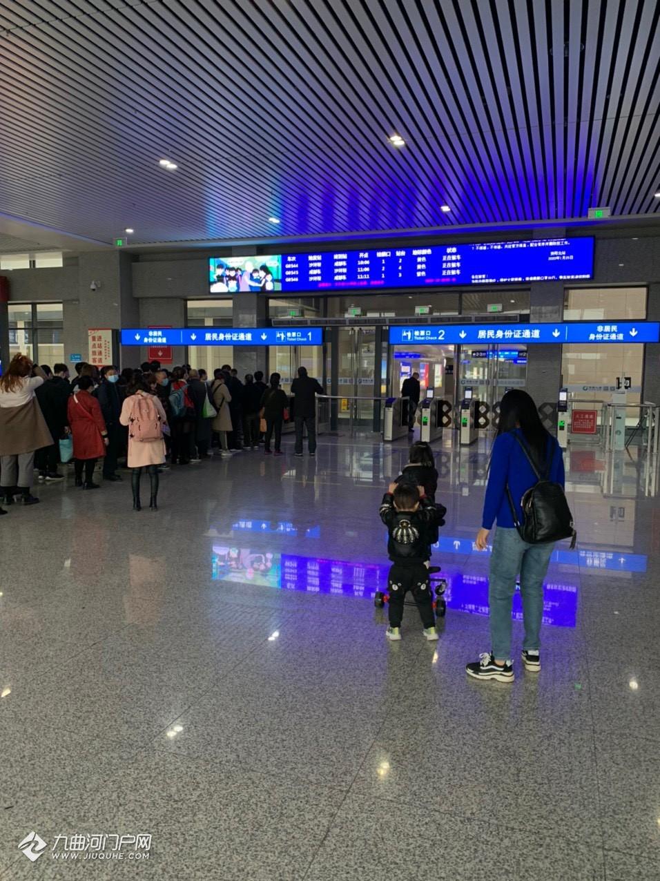 资阳北站候车厅部分设备更新了,检票口有了电子显示屏,服务台和充电口也优化了不少!