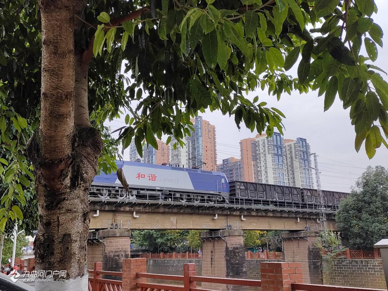 资阳西门铁路桥某处风景,是与繁华大道不一样的质朴,你是更喜欢热闹还是宁静呢?