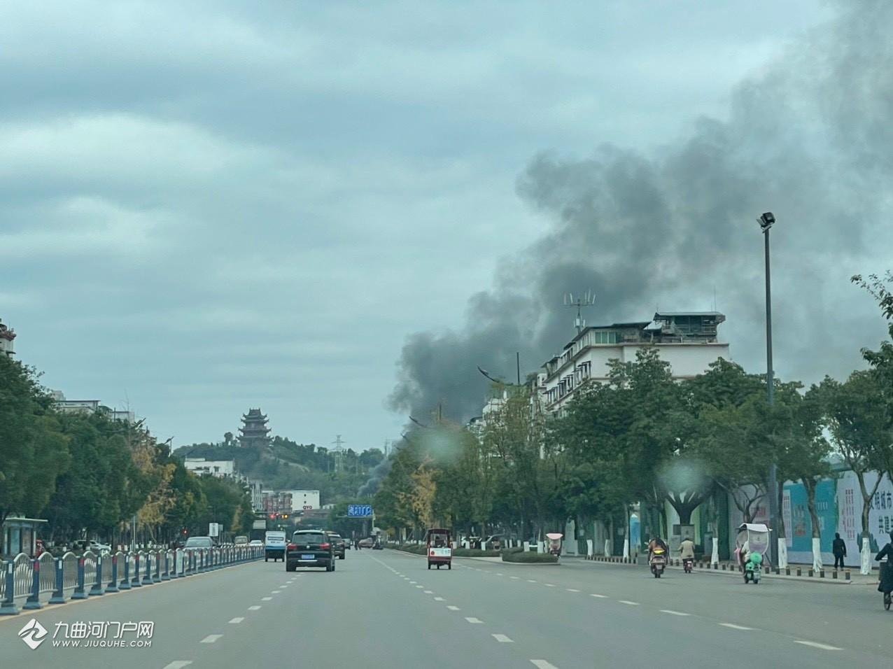 (火已扑灭)资阳西门铁路桥旁边的房子着火了!冒了好大的黑烟!