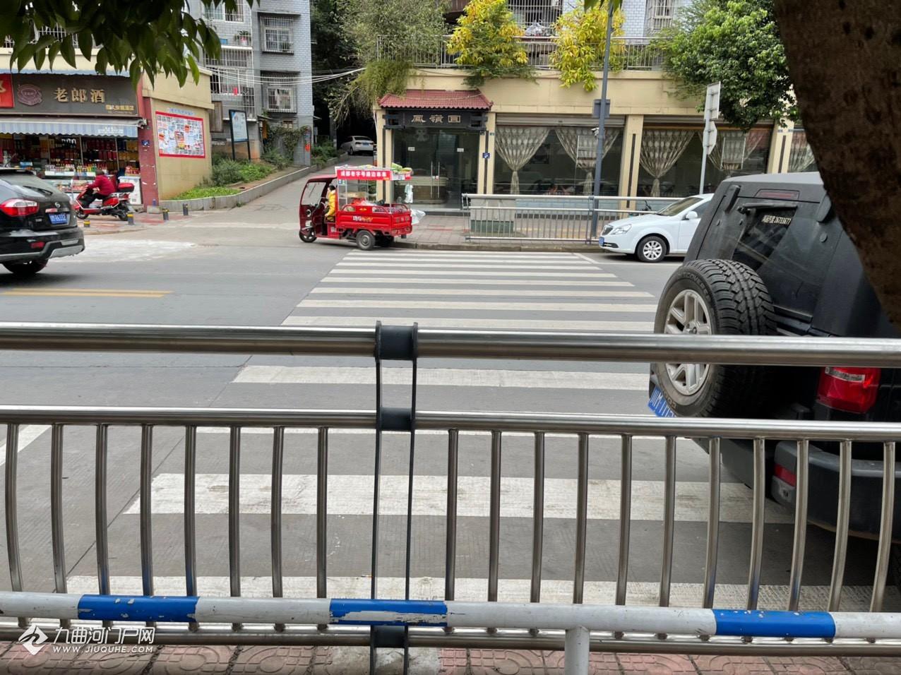 我又发现了一条资阳的奇葩斑马线,过马路时需要翻栏杆,难度还不小!