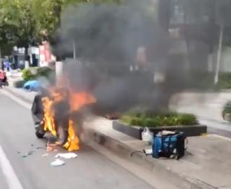 资阳乐山银行外面一辆外卖电瓶车自燃了!好吓人!