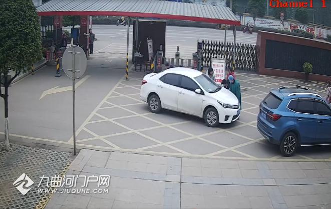 谨慎!资阳乐至一轿车盲区惹祸端,1岁幼童被卷车底受伤