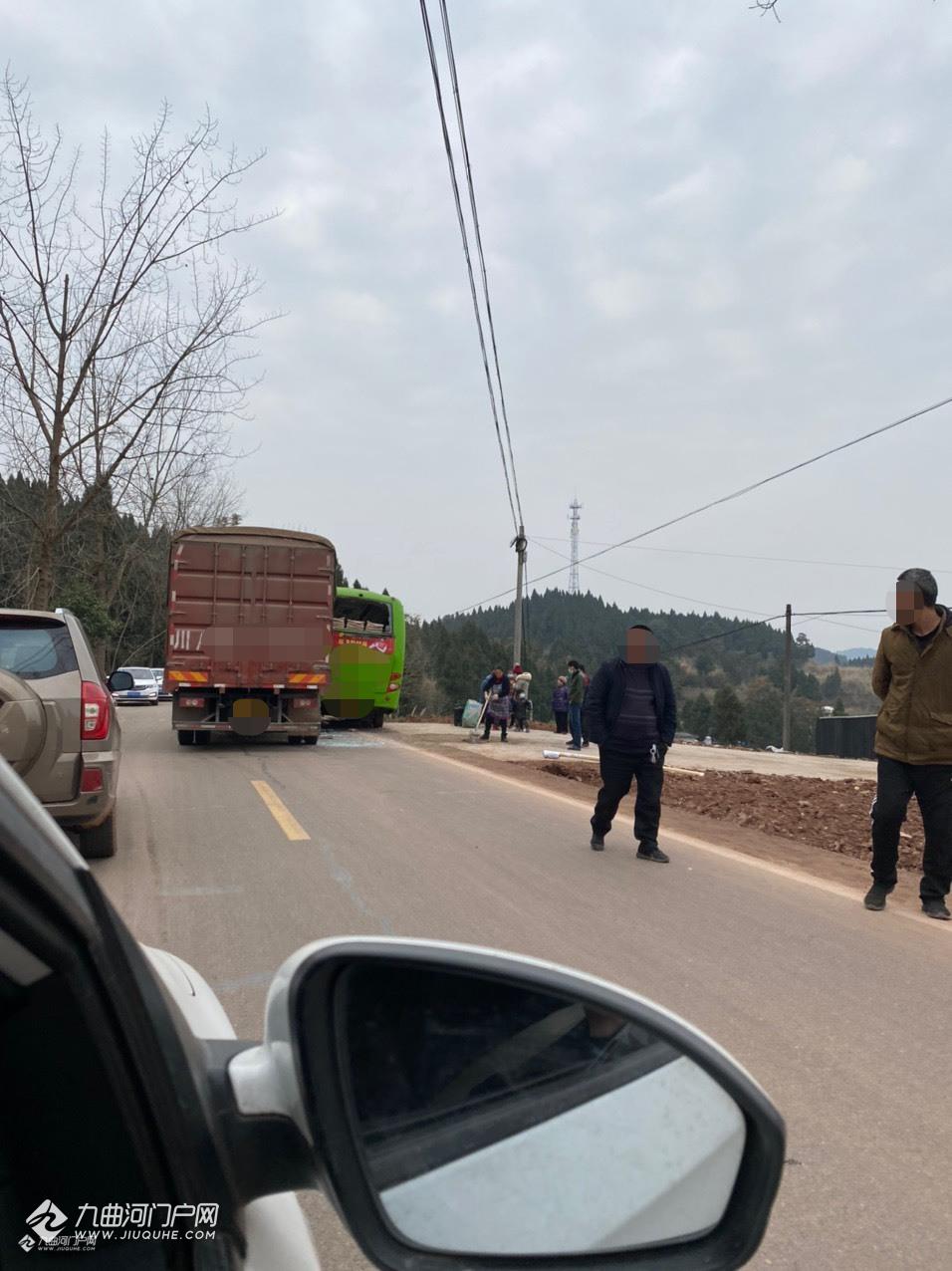 资阳裕通往丹山上坡处发生一起车祸,车头直接被撞变形了!