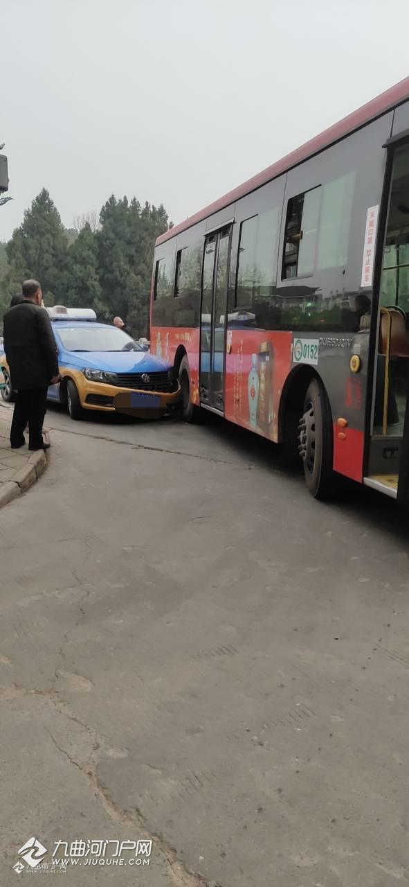 资阳三贤文博桥一辆公交车与出租车相撞,过年期间请车辆慢行!