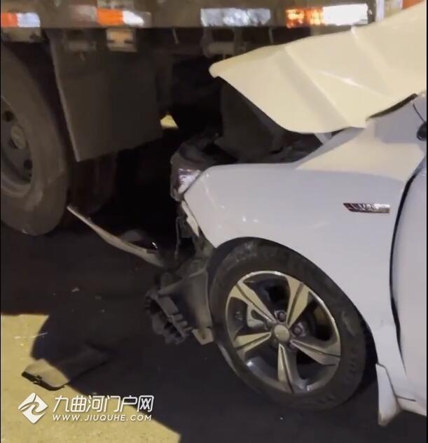 资阳老收费站发生车祸,小车撞上了货车屁股,大家安全第一,小心驾驶!