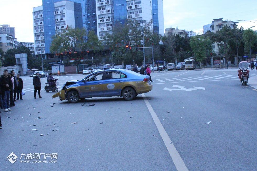 资阳一出租车路口违规掉头酿事故致三车受损,出租车司机将负全责!