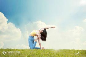 蓝天 白云 草地 瑜伽身姿