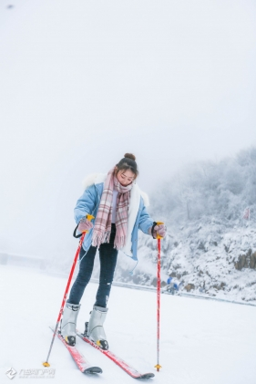 来了,来了,她真的踩着滑雪板过来了