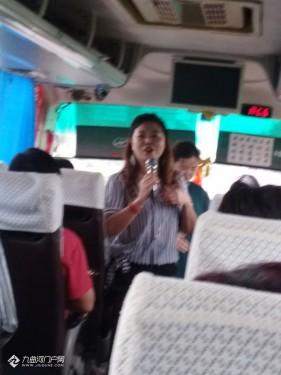 去黄龙溪旅游的大巴车上有感