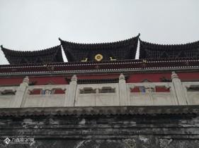 虽然下雨了,只能打着伞游览,但也不影响塔尔寺风景的美!